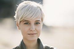 Wirkliche blonde junge Frau Lizenzfreies Stockfoto