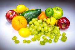 Wirkliche bunte Früchte gemalt mit Licht lizenzfreies stockbild