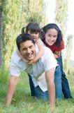 Wirkliche Familie, die zusammen spielt lizenzfreie stockfotografie