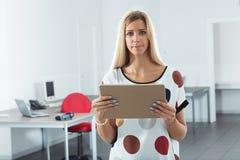 Wirkliche Frau in einem realistischen Büro Stockbild