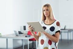 Wirkliche Frau in einem realistischen Büro Stockfoto