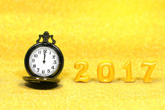 2017 wirkliche Gegenstände 3d auf Funkelnhintergrund mit Luxustaschenuhr, guten Rutsch ins Neue Jahr-Konzept Lizenzfreies Stockfoto