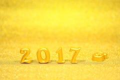 2017 wirkliche Gegenstände 3d auf Goldfunkelnhintergrund, guten Rutsch ins Neue Jahr-Konzept Lizenzfreies Stockbild