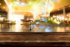 Wirkliche hölzerne Tabelle mit Aperitif- und Lichtreflexion auf Szene an lizenzfreie stockfotos
