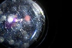 Wirkliche Staubteilchen und Kratzer auf den Linsen, mit einem Rücklicht und einem bokeh Effekt stockfotografie
