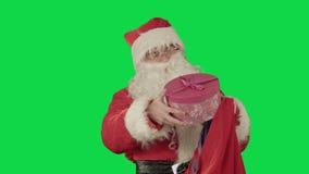 Wirkliche tragende Geschenke Santa Clauss in seinem Sack an stock footage