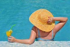 Wirkliche weibliche Schönheit, die im Swimmingpool sich entspannt stockfotos