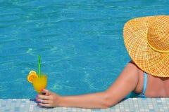 Wirkliche weibliche Schönheit, die im Swimmingpool sich entspannt lizenzfreie stockfotos