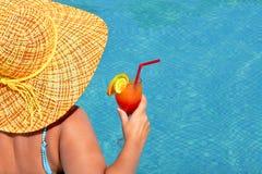 Wirkliche weibliche Schönheit, die im Swimmingpool sich entspannt stockfotografie