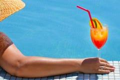Wirkliche weibliche Schönheit, die im Swimmingpool sich entspannt Lizenzfreies Stockbild