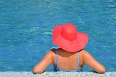 Wirkliche weibliche Schönheit, die im Swimmingpool sich entspannt Lizenzfreie Stockfotografie