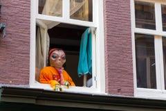 Wirklicher Ausländer im Fenster Lizenzfreie Stockfotos