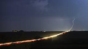 Wirklicher Beleuchtungsbolzen über der Autobahn Lizenzfreie Stockbilder