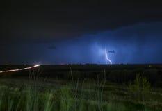 Wirklicher Beleuchtungsbolzen über der Autobahn Stockfoto