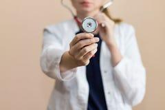 Wirklicher Doktor mit Stethoskop Lizenzfreie Stockfotos