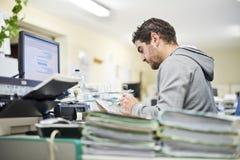 Wirklicher Mann im Büro Stockfotos