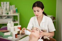 Wirklicher Schönheits-Therapeut Making Spa Treatment für den Kunden Stockfotografie