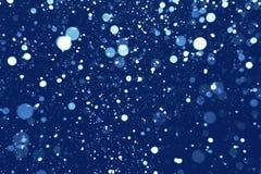 Wirklicher Schnee auf blauem Hintergrund lizenzfreies stockbild