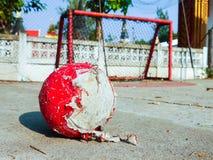Wirklicher Straßenfußball in Thailand Lizenzfreies Stockfoto