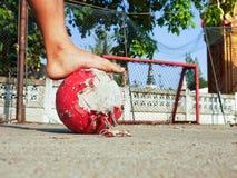 Wirklicher Straßenfußball in Thailand Stockfotos