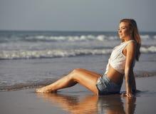 Wirkliches blondes Mädchen entlang auf seacost Gehen Lizenzfreie Stockfotos