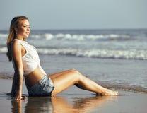 Wirkliches blondes Mädchen entlang auf seacost Gehen, gesund bei Sonnenaufgang Lizenzfreie Stockbilder