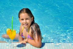 Wirkliches entzückendes Mädchen, das im Swimmingpool sich entspannt Stockfotos