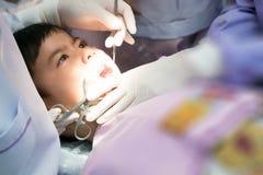 Wirkliches Ereignisfoto, netter kleiner asiatischer schreiender Junge, der im De sitzt Stockfoto
