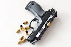 Wirkliches Faustfeuerwaffe pistole 9mm Lizenzfreie Stockfotos