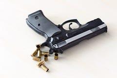 Wirkliches Faustfeuerwaffe pistole 9mm lokalisiert Lizenzfreie Stockfotos