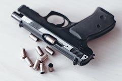 Wirkliches Faustfeuerwaffe pistole 9mm lokalisiert Lizenzfreie Stockbilder