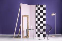 Wirkliches Foto einer künstlerischen Einrichtung in einem purpurroten Innenraum mit Goldenem Stockbilder