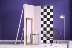 Wirkliches Foto einer kreativen Anordnung für Möbel im purpurroten inte Stockbild