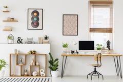 Wirkliches Foto eines Schreibtisches mit einem ModellBildschirm, Verzierungen lizenzfreie stockfotos