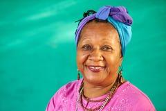 Wirkliches Leute-Porträt-alte schwarze Frau, die an der Kamera lächelt Stockfoto