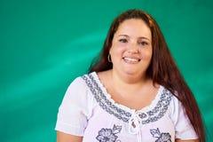 Wirkliches Leute-Porträt-glückliches überladenes hispanisches Frauen-Lachen Lizenzfreies Stockbild
