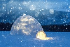 Wirkliches Schneeigluhaus in den Winterkarpatenbergen lizenzfreie stockbilder