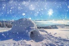 Wirkliches Schneeigluhaus in den Winterkarpatenbergen lizenzfreie stockfotografie