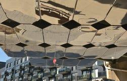 Wirklichkeit wird in dieser Reihe sechseckigen Spiegeln verzerrt stockfotografie