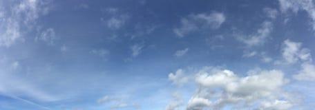 Wirować chmur pierzastych chmury z głębokim niebieskim niebem Fotografia Stock