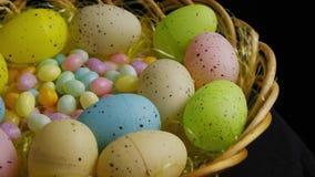 Wirować strzał Easter cukierek w kolorowej Easter trawie i dekoracje zbiory wideo