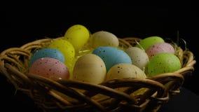 Wirować strzał Easter cukierek w kolorowej Easter trawie i dekoracje zdjęcie wideo