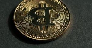 Wirować Bitcoin na czarnym tle zbiory