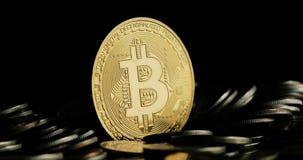 Wirować Bitcoin na czarnym tle zdjęcie wideo