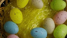 Wirowa? strza? Easter cukierek w kolorowej Easter trawie i dekoracje zbiory wideo