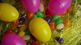 Wirowa? strza? Easter cukierek w kolorowej Easter trawie i dekoracje zbiory