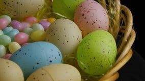 Wirowa? strza? Easter cukierek w kolorowej Easter trawie i dekoracje zdjęcie wideo