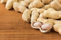 Wirrwarr-Erdnüsse auf Holz Lizenzfreie Stockfotos
