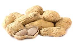 Wirrwarr-Erdnüsse auf weißem Hintergrund Lizenzfreies Stockfoto