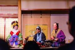 Wirt, Gast und Schauspielerin von Oiran zeigen Geschichtsden freizeitpark Geisha-Showat Noboribetsu Dates Judaimura, der Edo Peri Lizenzfreies Stockfoto
